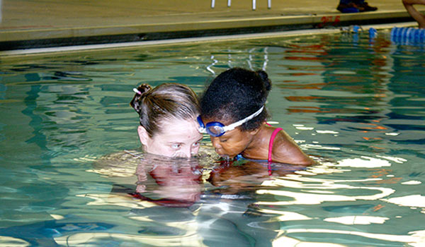 child swim lessons learning how to blow bubbles